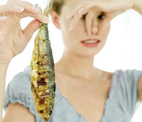 Почему месячные пахнут железом
